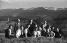 [Zdjęcie grupy na tle Karkonoszy] (fot.5) [Dokument ikonograficzny]