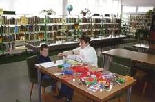 Zajęcia plastyczne w Dziale dla Dzieci i Młodzieży [Dokument ikonograficzny]